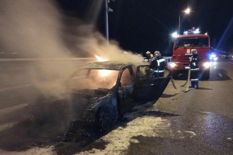 На Крымском мосту загорелся автомобиль
