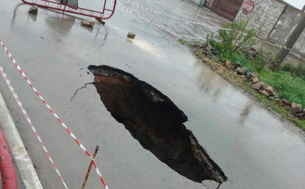 В крымском городе дорога провалилась под землю на 4 метра