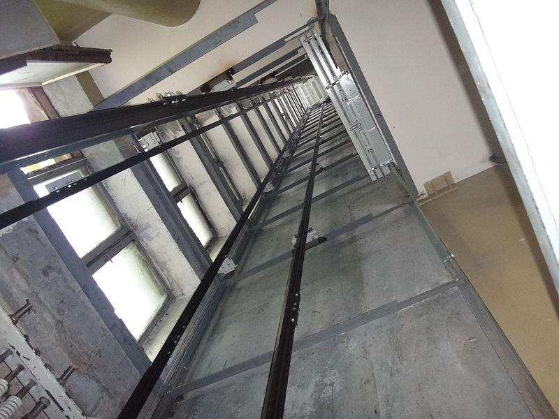 В Крыму школьница чудом выжила после падения в шахту лифта с 10-го этажа