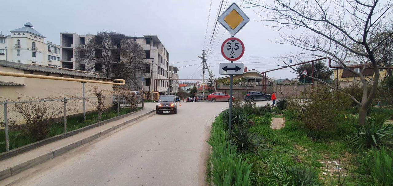 В Севастополе мальчик на самокате врезался в иномарку, он в больнице