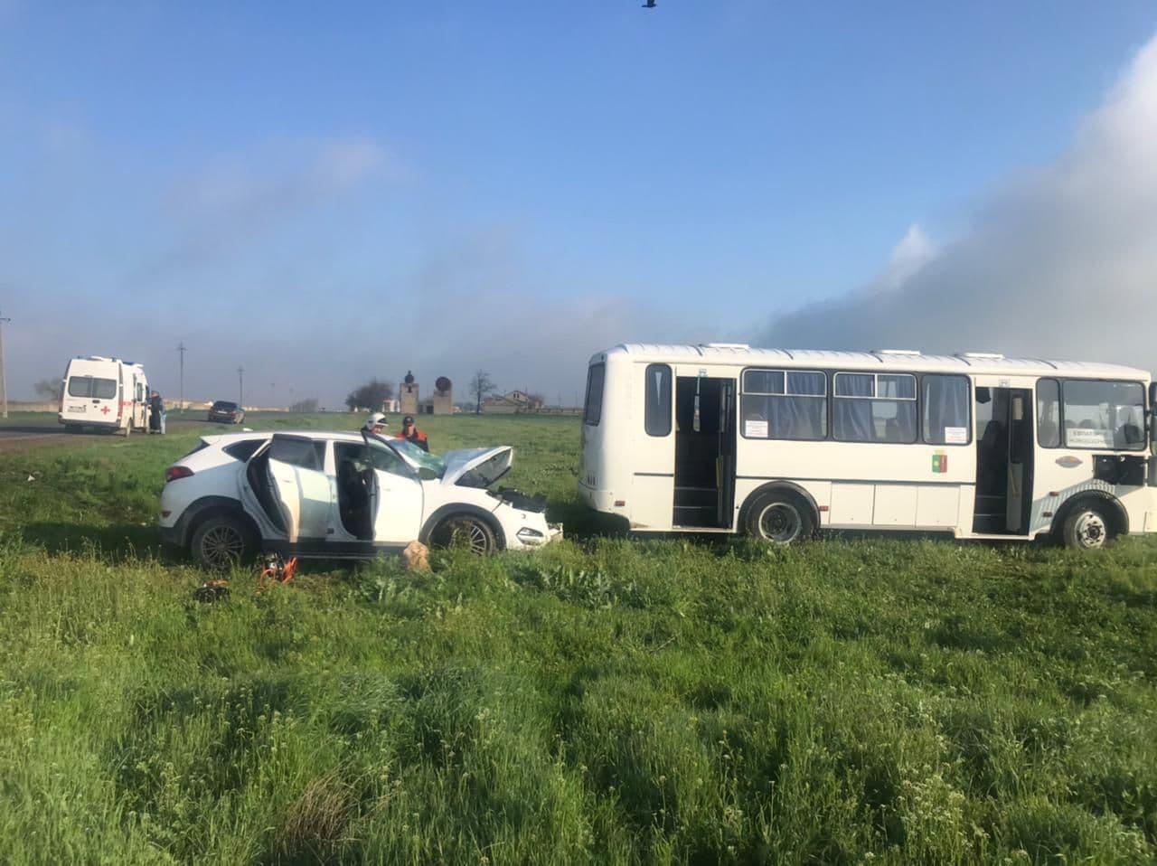 В Крыму пассажирский автобус столкнулся с иномаркой, есть пострадавшие (фото)