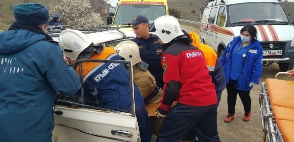 Под Судаком ВАЗ столкнулся с иномаркой, есть пострадавшие (фото)