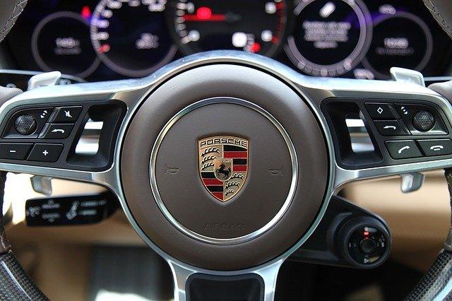 Крымчанка из ревности облила краской автомобиль за 12 млн рублей (видео)