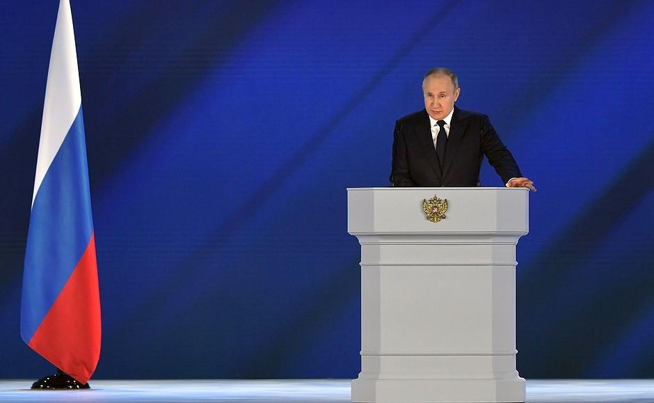 Семьям со школьниками выплатят по 10 тысяч рублей – Путин