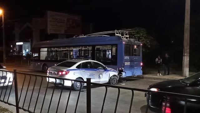 В Севастополе полицейский автомобиль врезался в троллейбус (фото)