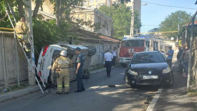 В Симферополе столкнулись кроссоверы, женщину зажало в автомобиле