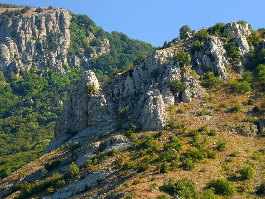 В крымских горах во время прогулки скончался местный житель