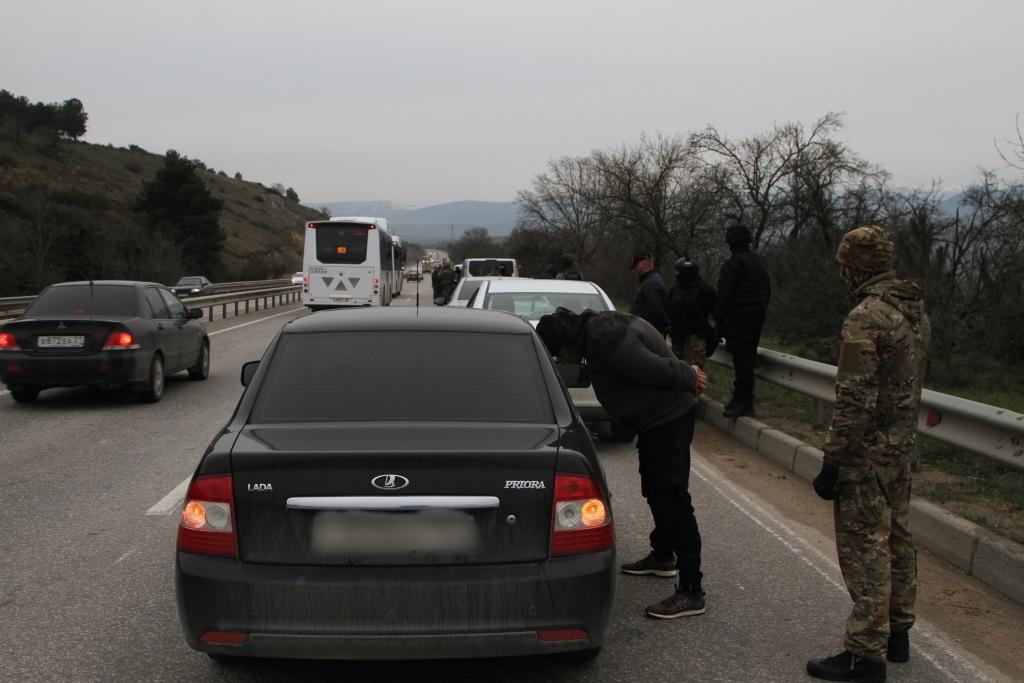 «Надели наручники и приставили пистолет»: трое крымчан похитили человека с целью получения выкупа (фото, видео)