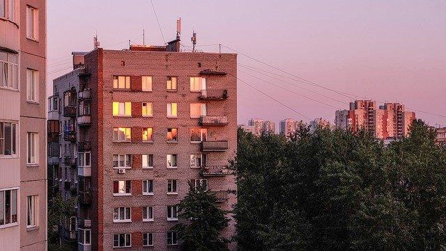 В Крыму 14-летняя девочка упала с крыши многоэтажки