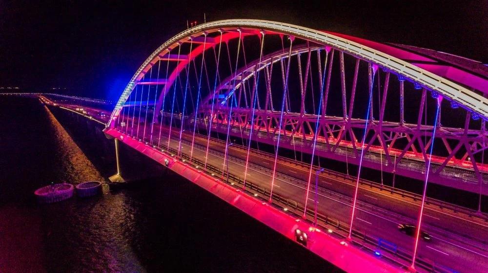 На Крымском мосту оборудовали подсветку в цвета российского флага