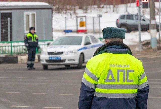 В центре крымского курорта пьяный мужчина напал на инспектора ГИБДД (видео)