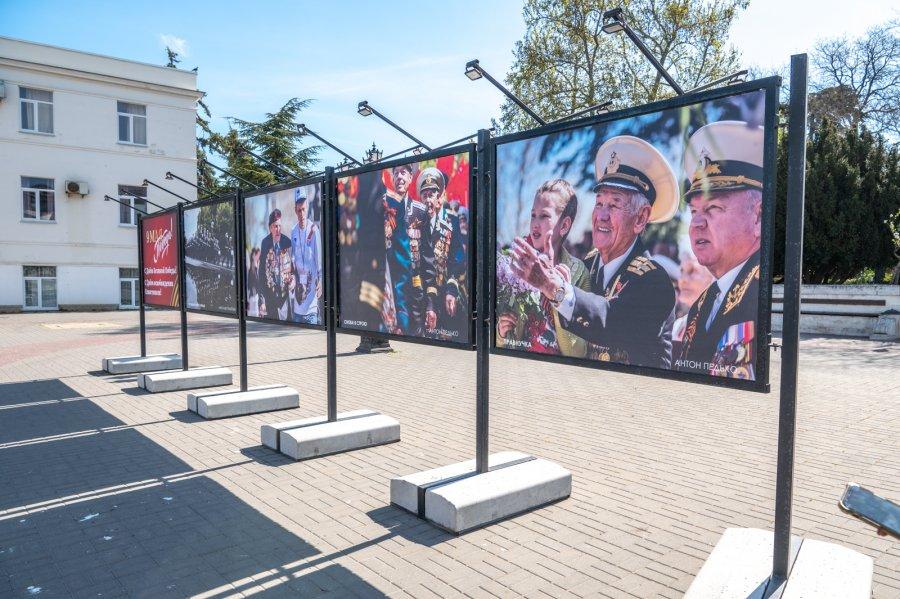 В центре Севастополя открылась фотовыставка «Победный май»
