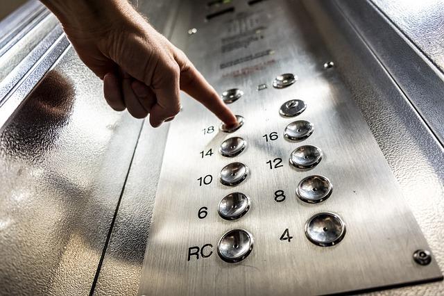 В Керчи пенсионер скончался из-за сломанного лифта
