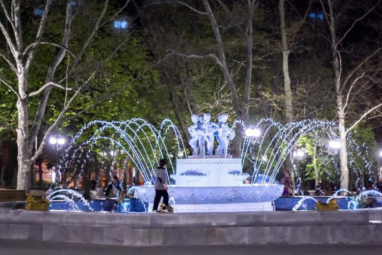 В Севастополе начали включать фонтаны
