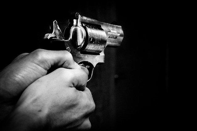 На трассе в Крыму на водителя микроавтобуса напал мужчина с пистолетом (видео)