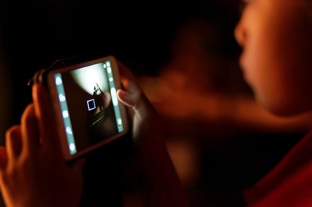 Психотерапевт рассказал, как отвлечь ребенка от смартфона