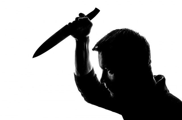 Пьяный крымчанин порезал ножом лицо друга