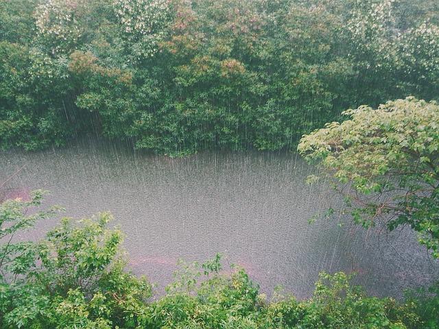 В Севастоле ливень вызвал водопад на улицах (фото, видео)
