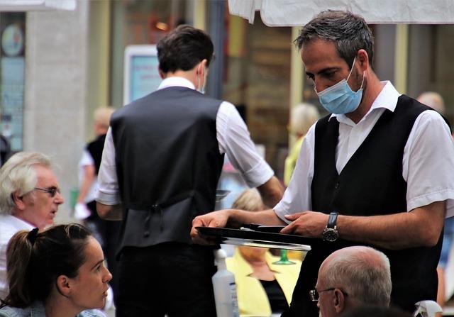 В Севастополе официант украл банковскую карту клиентки кафе