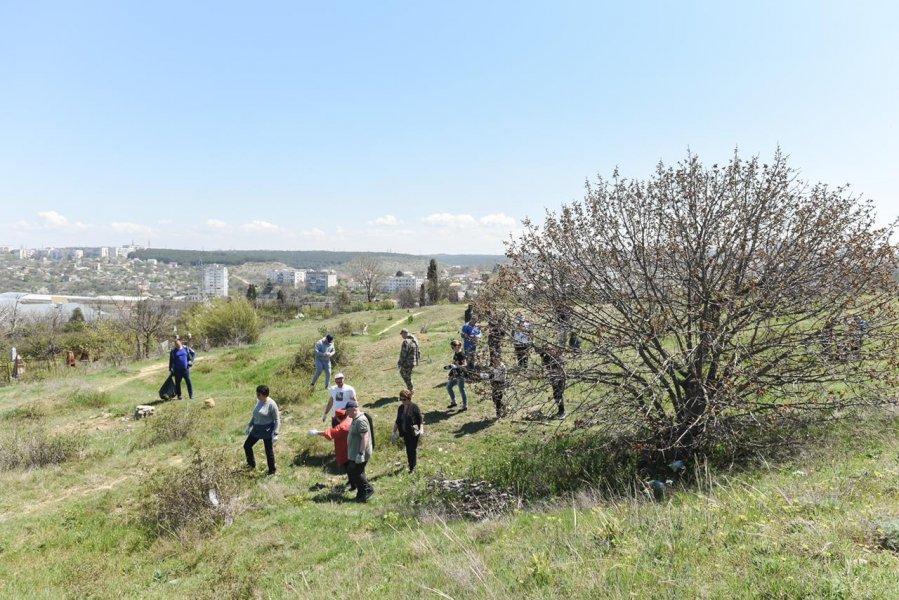 В Севастополе прошел еще один субботник