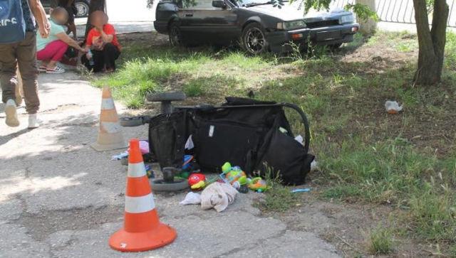 В Крыму автомобиль на тротуаре сбил мать с двумя детьми