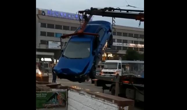 Как из подземного перехода в Симферополе вытаскивали влетевшую туда иномарку (видео)