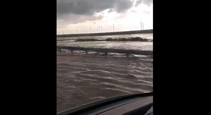 Участок трассы «Таврида» сильно затопило из-за ливня (видео)