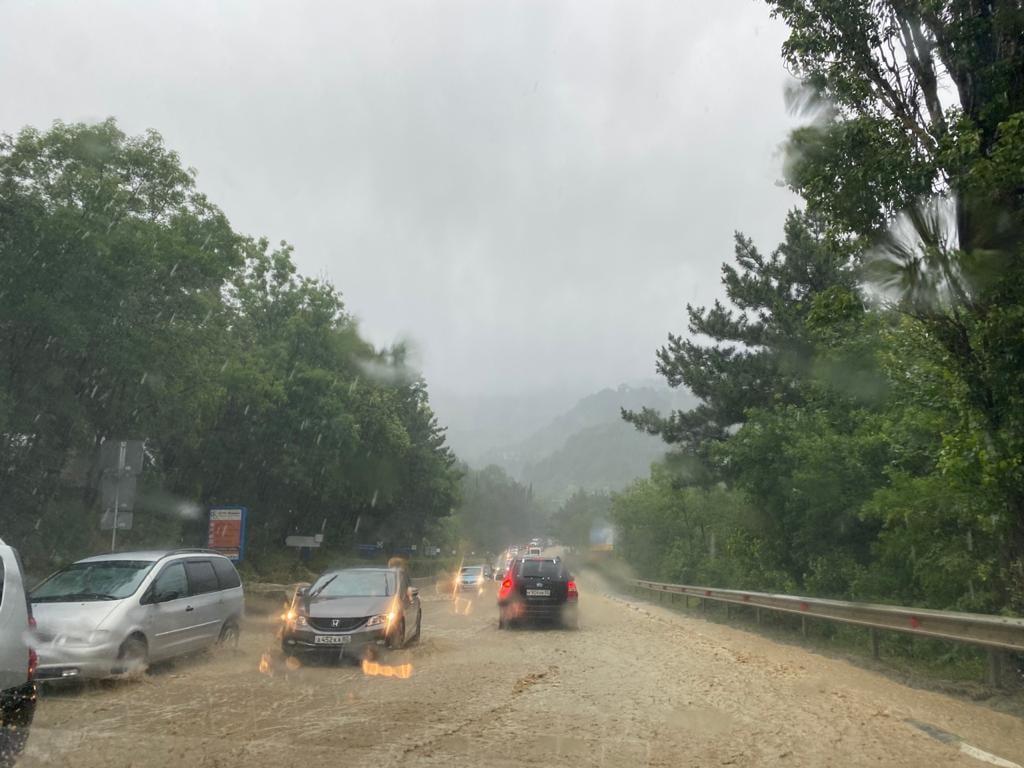 Въезд в Ялту полностью закрыт из-за потопа (видео)