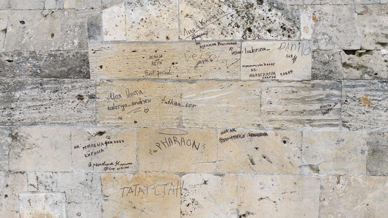 В Севастополе вандалы расписали объект культурного наследия на набережной Корнилова