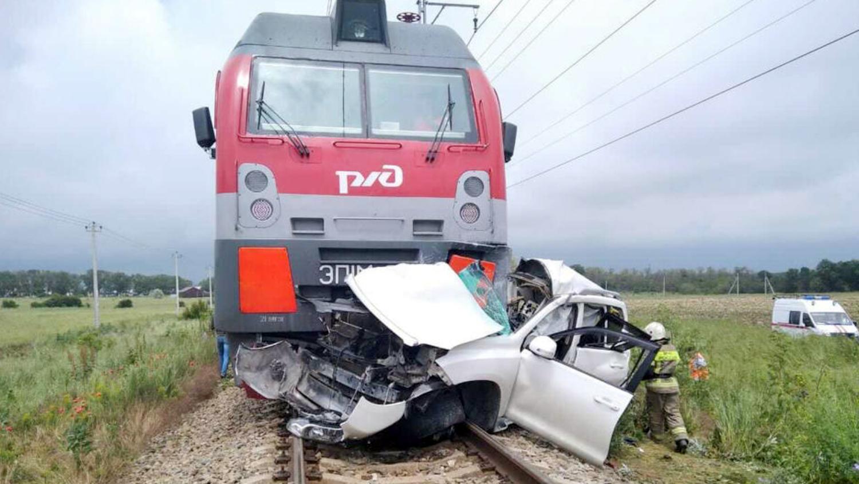 Под Анапой иномарка попала под поезд, есть жертвы (фото)