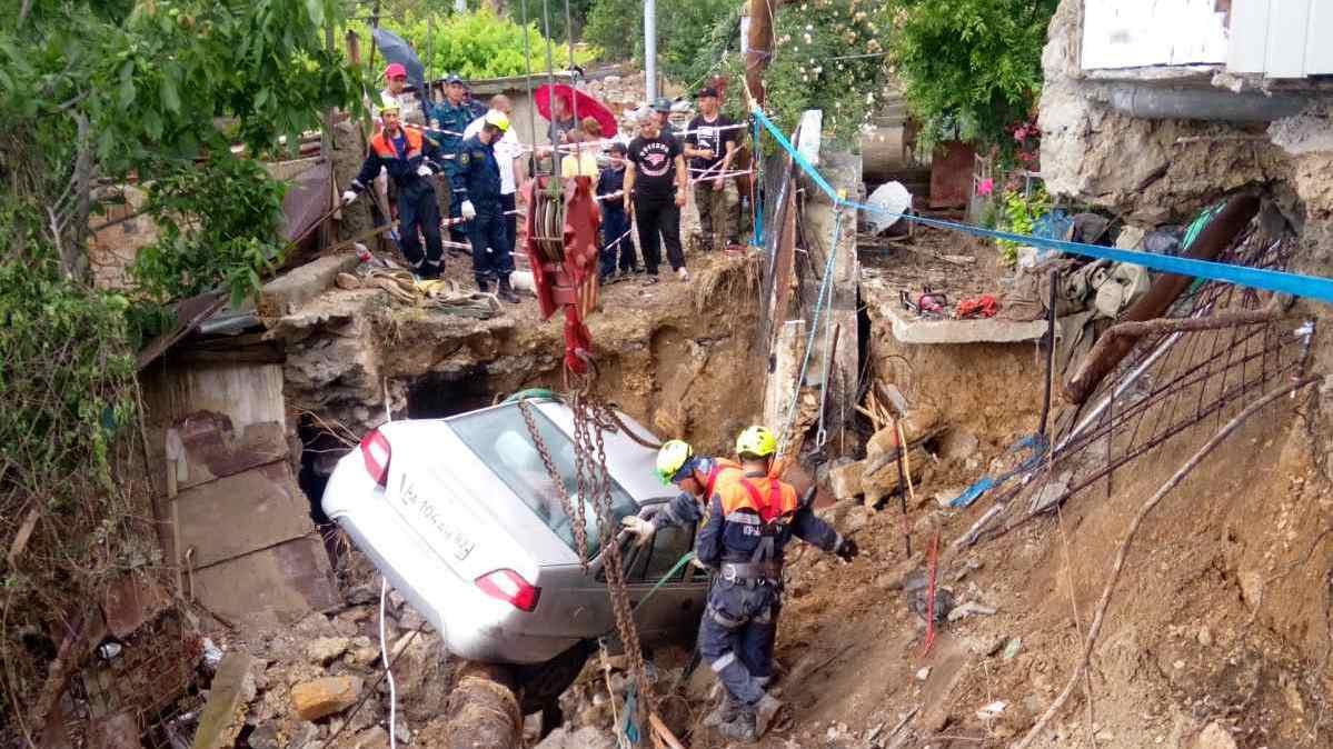 В Ялте спасатели разбирают завалы и эвакуируют автомобили (фоторепортаж)