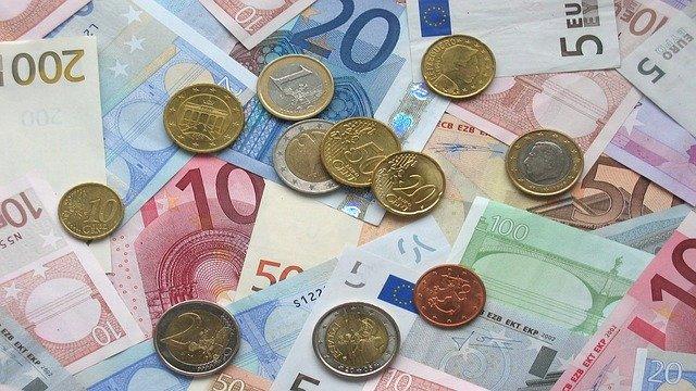 Ялтинец заработал 2,5 млн, открыв пункт обмена валют в своем автомобиле
