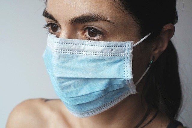 Медицинские маски уменьшают количество вдыхаемых частиц COVID-19 в тысячу раз — исследование