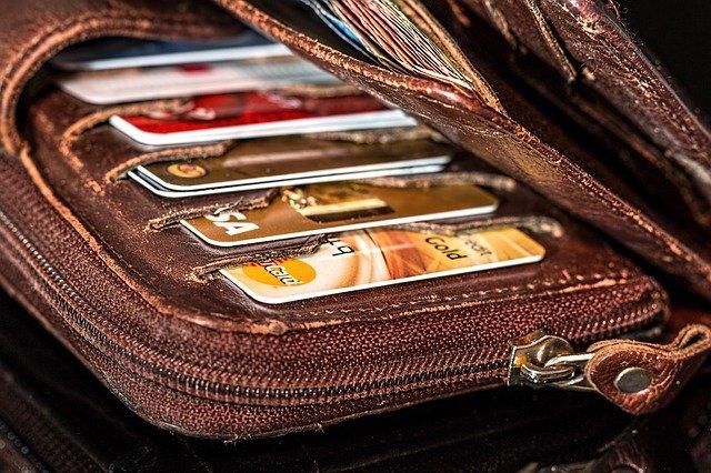 Жительница Севастополя рассчитывалась в магазинах найденной на улице банковской картой