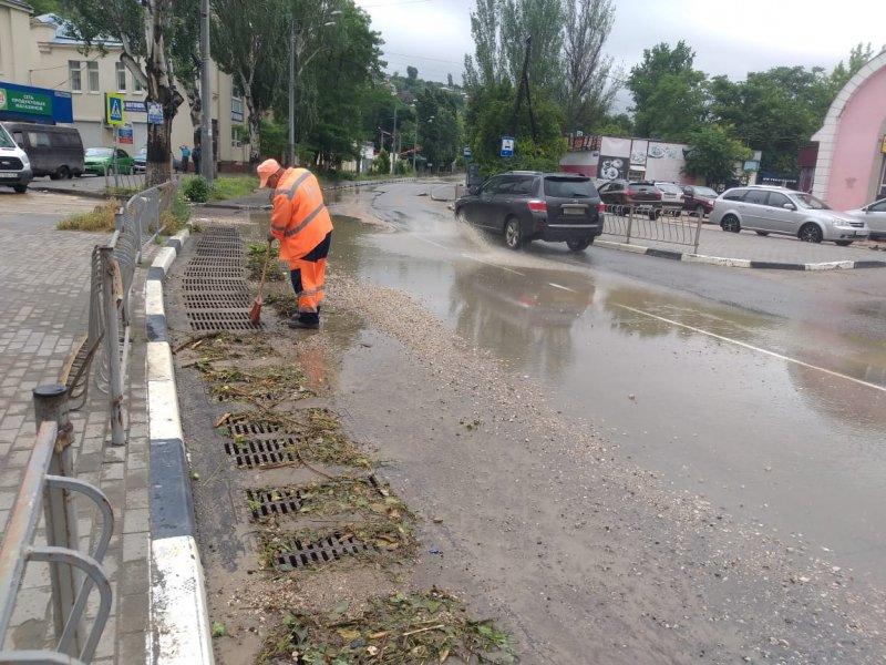 В Севастополе дорожные службы борются с последствиями непогоды