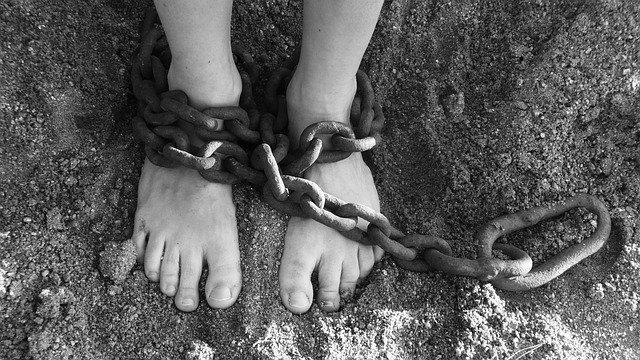 Преступная группа три дня удерживала крымчанку, требуя половину ее дома