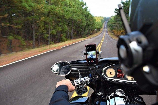 В Балаклаве вылетел с дороги мотоциклист с беременной пассажиркой (фото)