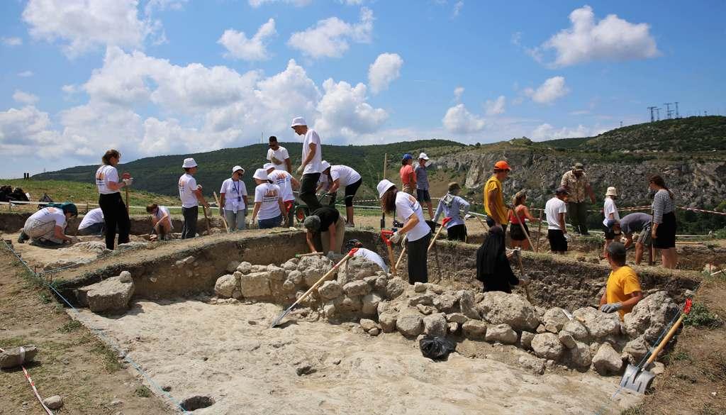 Раскопки на территории крепости Каламита помогают вести уральские студенты