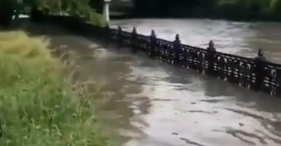 В Симферополе из-за дождя река Салгир вышла из берегов (видео)