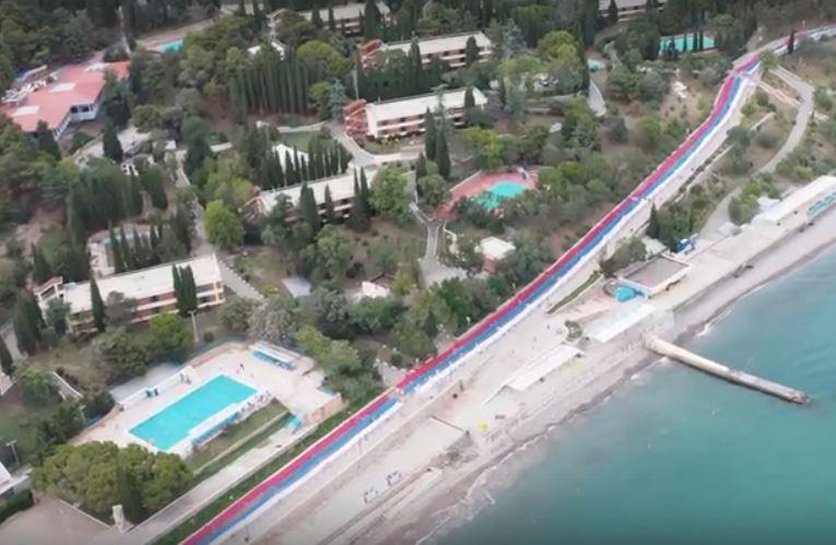 В «Артеке» развернули километровый флаг России