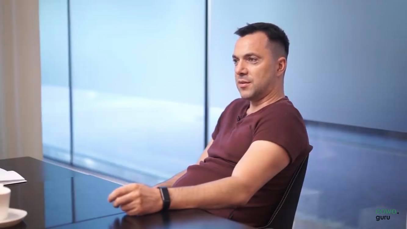 Советник Зеленского назвал бессмысленным построение демократии на Украине