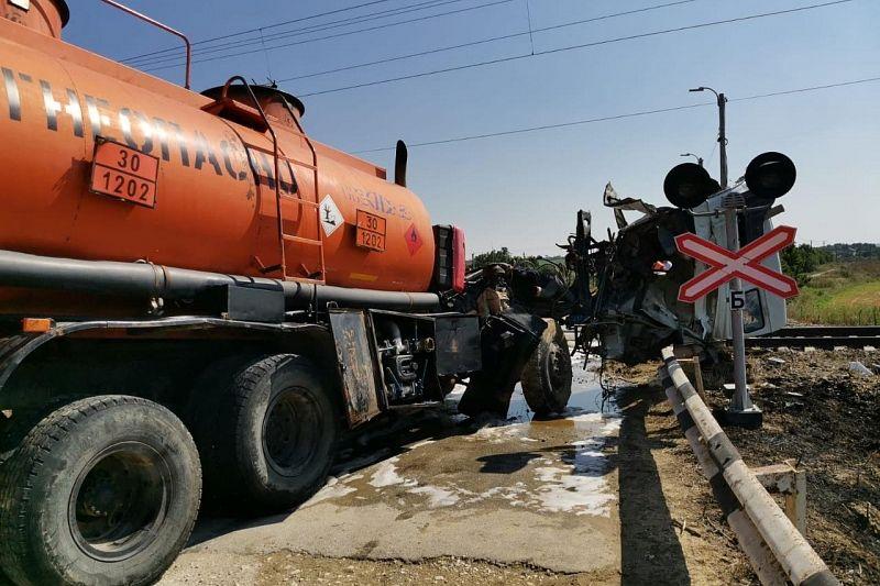 Электричка «Керчь – Анапа» столкнулась с бензовозом