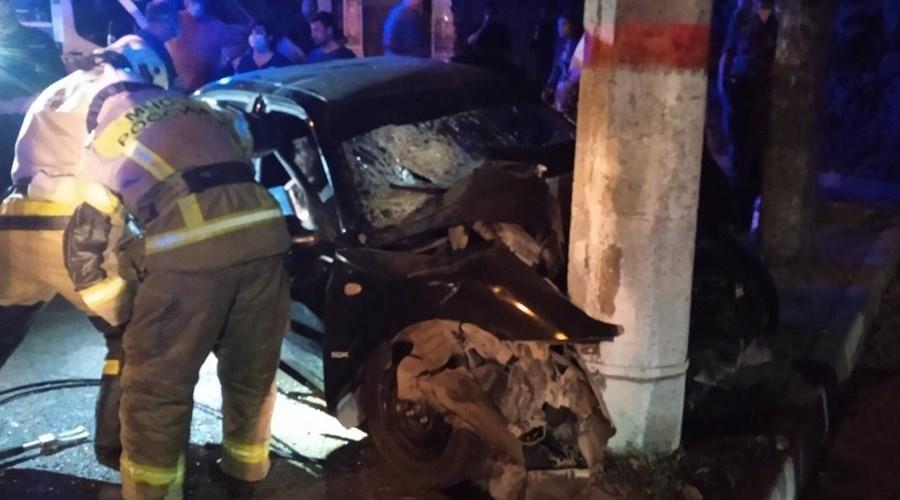 В центре Симферополя иномарка врезалась в электроопору, есть жертвы