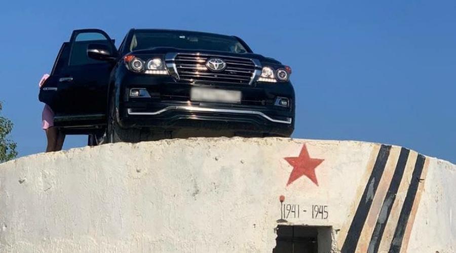 В Севастополе внедорожник припарковался на памятнике времен войны (фото)