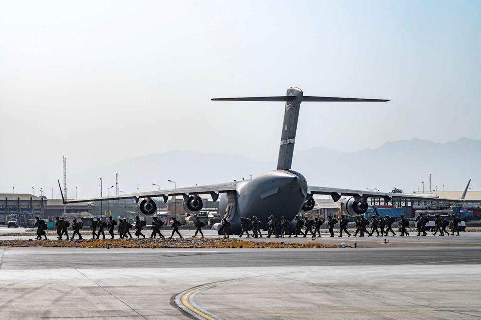 США вывели из строя оставленное в аэропорту Кабула военное оборудование