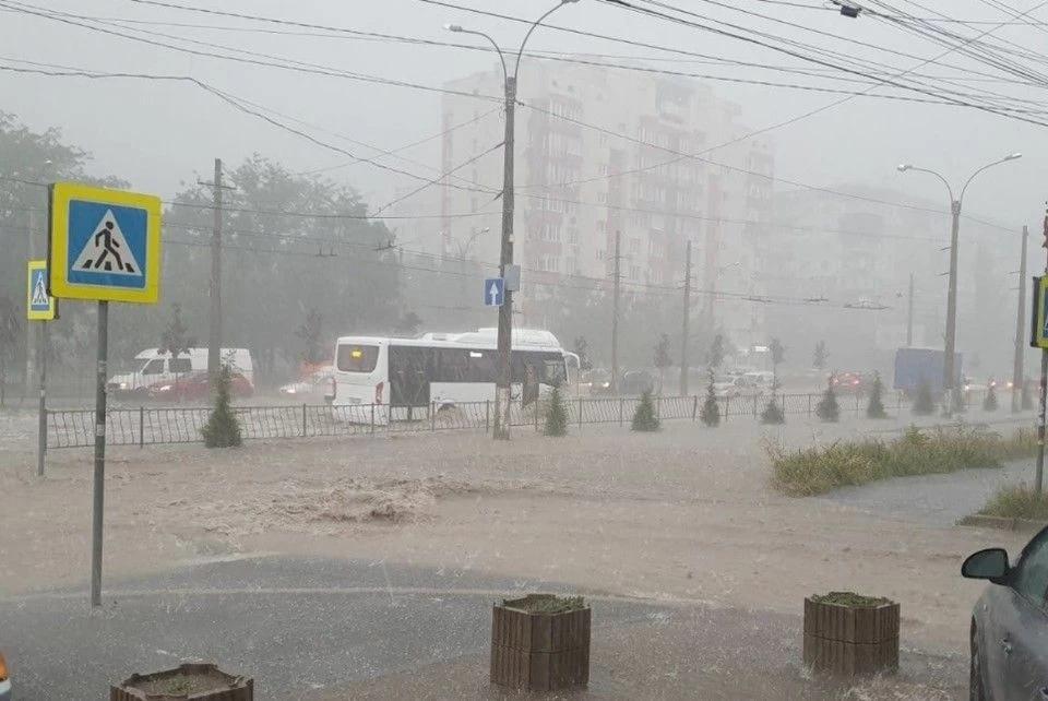 На Симферополь обрушился тропический ливень (видео)