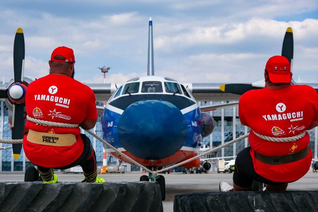 В аэропорту Симферополь в День флага РФ установили рекорд по буксировке 22-тонного самолета силой рук
