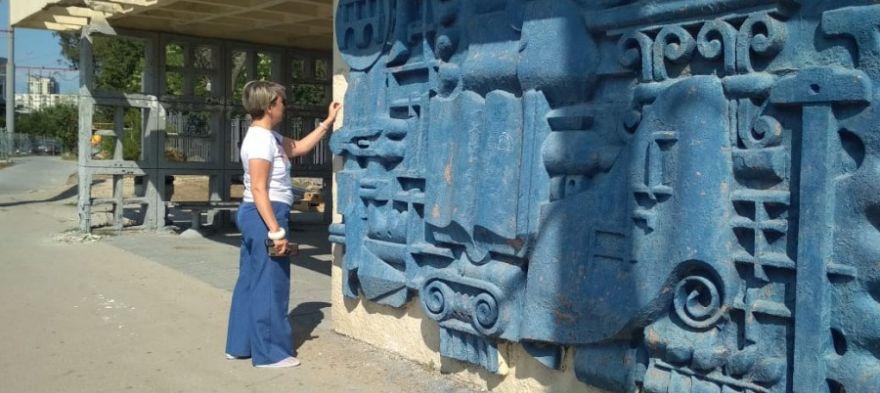 Депутат Щербакова зря позировала у барельефа на остановке «Улица Галины Петровой»