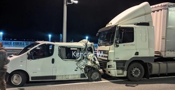 На Крымском мосту фура влетела в микроавтобус с приемными детьми, есть погибший
