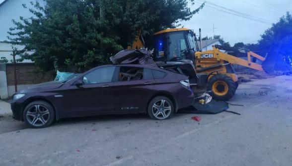 В Крыму иномарка влетела в экскаватор на обочине, погиб подросток